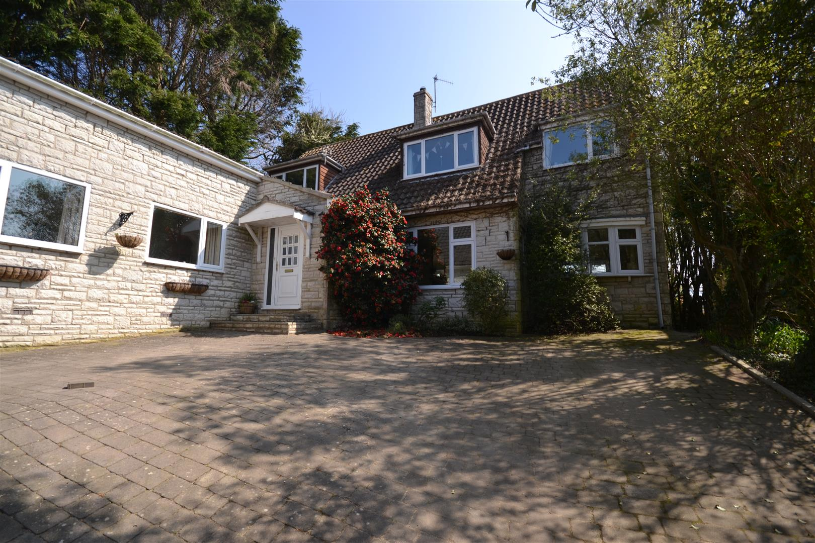 4 Bedrooms Detached House for sale in Rodden